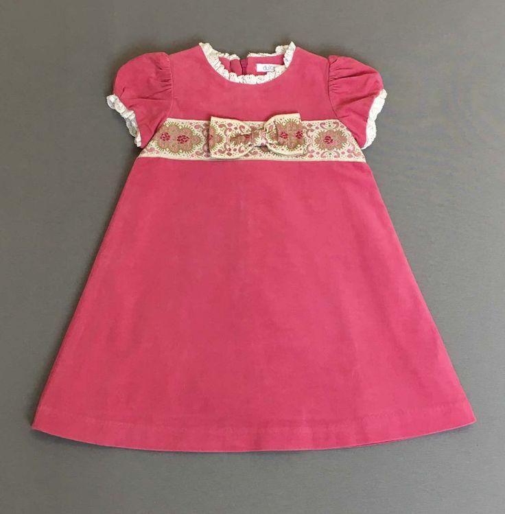Dulces. Vestido rosa con lazo y bordados