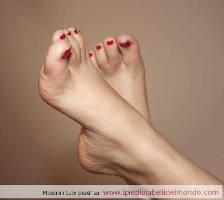 http://ipiedipiubellidelmondo.com/i-piedi-della-nostra-diva-brasiliana #piedibrasiliana #piedidaleccare #smaltorosso