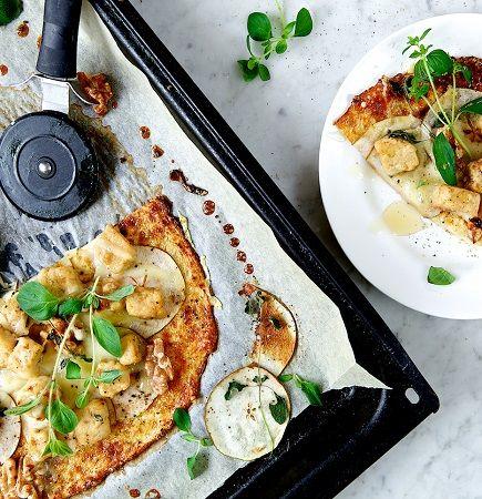 Vegetarisk, glutenfri pizza med blomkål, valnötter & päron - recept