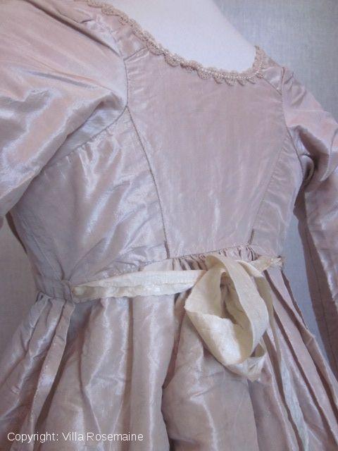 Vers 1805/10 Robe 1er Empire en taffetas crème rosé   Villa Rosemaine