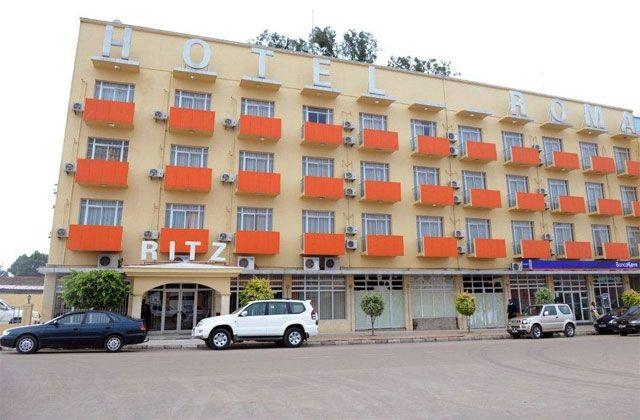 O Hotel Ritz Roma Huambo é um hotel de 3 estrelas situado numa cidade que floresce oferecendo uma vasta gama de serviços e uma experiência hoteleira única na região.  O bom gosto é uma marca dominante em termos de decoração.  O conforto apoiado por uma excelente e profissional equipa tornam esta unidade hoteleira numa referência local.