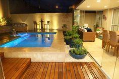 Muros altos, luz indireta, lanterna na beira da piscina, vasos baixos com temperos..... Muito lindo!