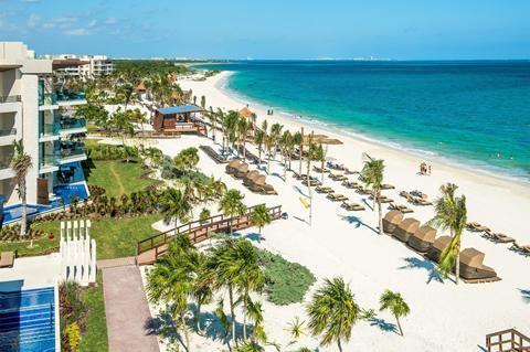Royalton Riviera Cancun  Alles maar dan ook werkelijk álles in het Royalton Riviera Cancun is speciaal ontworpen om vakantievierders een super-de-luxe strandvakantie te laten beleven. Cocktails nippen in de Martini Lounge midnight snacks met de rond-de-klok roomservice en à la carte dineren waar en wanneer je maar wilt. De All Inclusive formule in dit gloednieuwe 5-sterrenhotel is spectaculair op alle fronten. Vanuit de junior suite stap je zo de jacuzzi in. En in sommige suites ligt het…