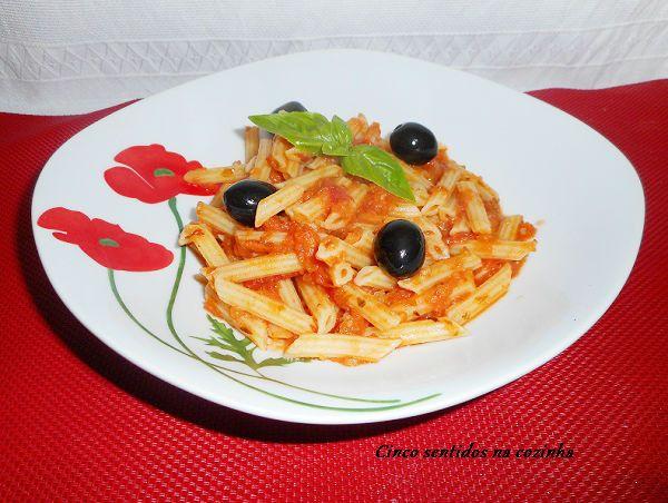 Cinco sentidos na cozinha: Massa penne com molho de tomate e azeitonas