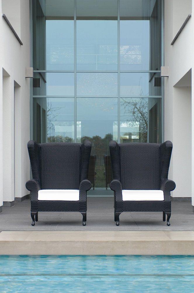 COLLINS Kolekcja Kolekcja Collins to klasyczna propozycja Borka w obrębie foteli ogrodowych. Meble zaprojektowane przez Erika Kustera, zostały wykonane z plecionki Sun Loom® na aluminiowym stelarzu.  Poduszki dedykowane do kolekcji pokryto materiałem Sunbrella®.
