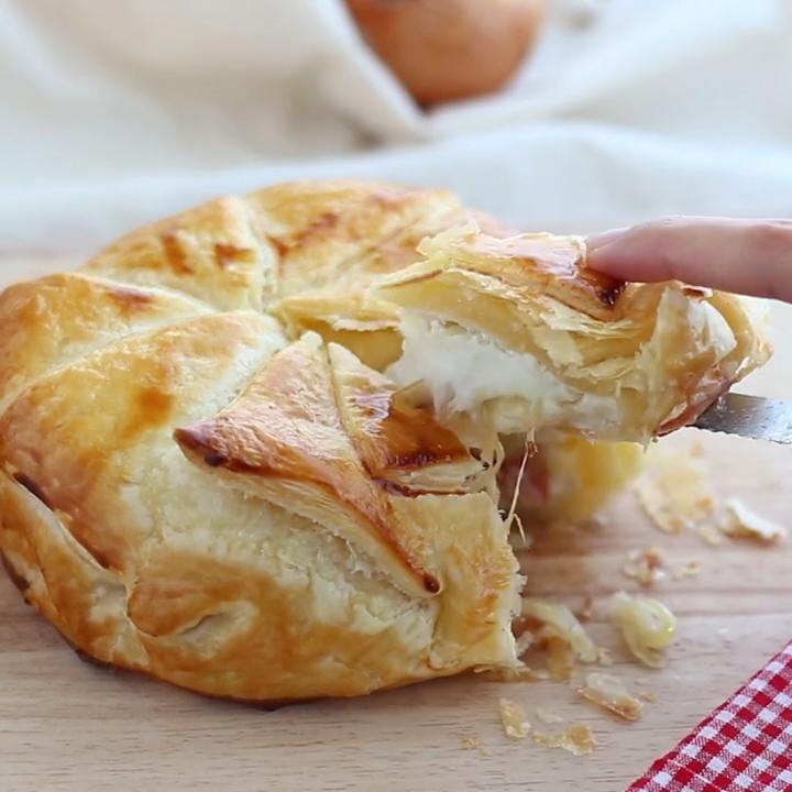 Si ya nos encantó una versión anterior que hicimos con miel, hierbas y manzana, está nos gusta igualmente mucho! Pon un camembert en tu vida :D INGREDIENTES: 1 rulo hojaldre 1 camembert 1 loncha jamón serrano 1 cebolla 1 huevo #receta #hojaldre #cambembert #queso #jamón #cebolla #hojaldrerelleno #recetafácil #petitchef #recetapetitchef #petitchefespaña #recetafacil #aperitivo #entrante #quesofundido #baked Tasty Videos, Food Videos, Comida Diy, Good Food, Yummy Food, Happy Foods, Mini Foods, Creative Food, Appetizer Recipes