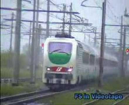 Sotto una pioggia battente, una E.402 B corre veloce nella stazione di Cancello - Arnone