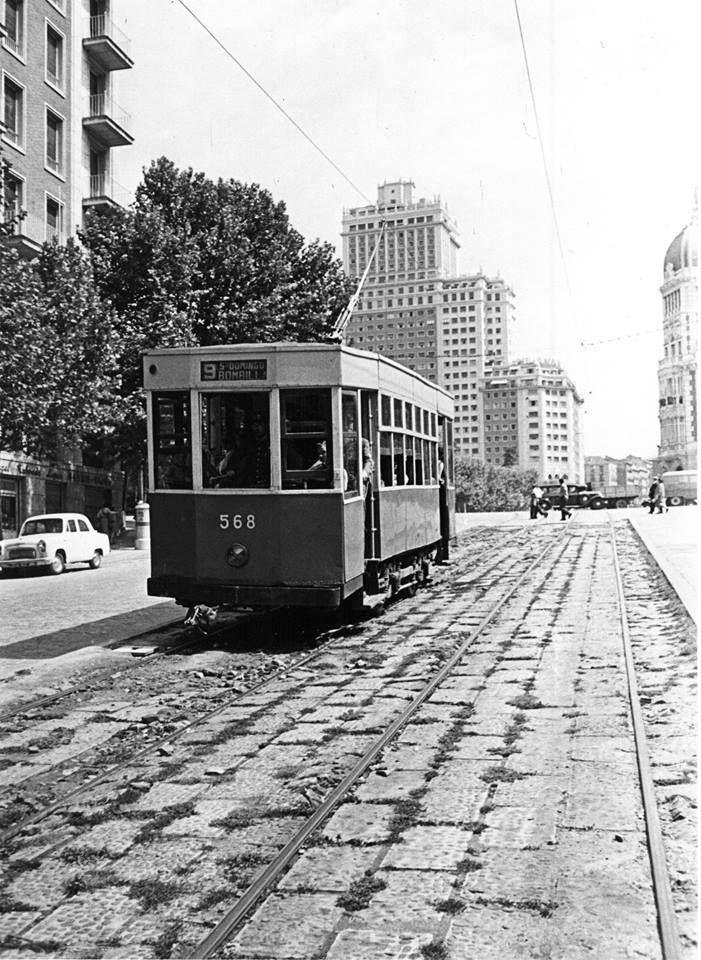 Cuesta de San Vicente (foto anterior a 1963). Tranvía 568 de la línea 9 (Santo Domingo-Bombilla) afronta el duro descenso hacia la Estación del Norte (Príncipe Pío).