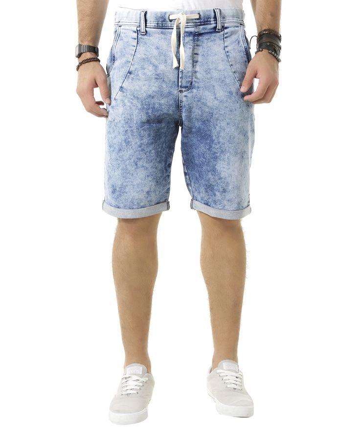 Essa bermuda foi desenvolvida em jeans com toque macio. A modelagem relaxed tem…