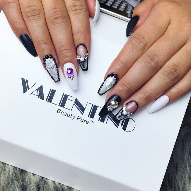 🔥 @madebymc🔥 She's finally ready for Vegas! Birthday nails for my birthday sister! 💅🏽🙌🏼💁🏻 love you RoRo, have a bomb & safe time in Vegas! border nails, picture doesn't do justice! Thumbs & pinkys are matte with glossy borders 👌 texture glitter nails with Swarovski black crystal borders & clear nails with black borders. Using @vetro_usa & @laquenailbar @laquedbylaque & @daily_charme glitters #pressonnails #madebymc #customnails #handshaped #blackandwhiteonly #clearnails #blacknails…