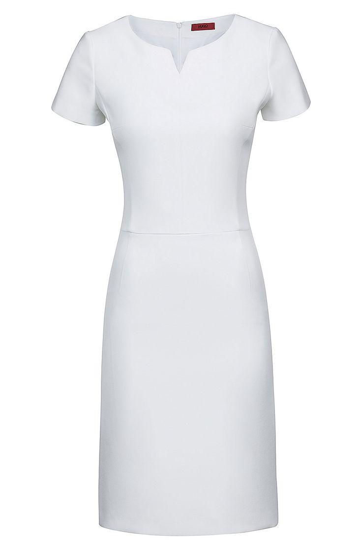tailliertes kleid aus stretch gewebe mit kurzen aermeln natur