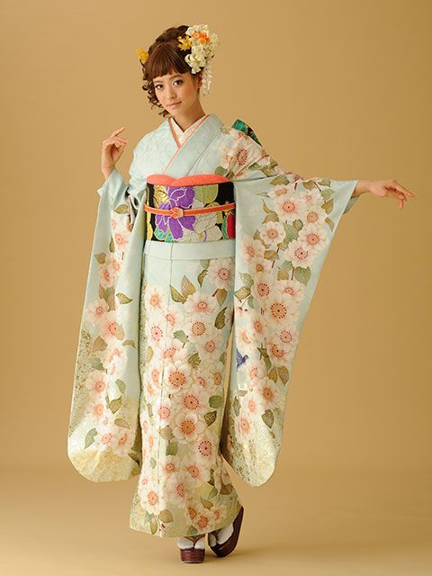 Furisode. Look! A blue hummingbird on her sleeve! ^^ This would look better with a different obi, thou...