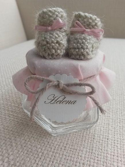 Vidrinhos para balas, amendoas, decorados com mini sapatinho de trico feitos a mão e tecidos como nos vidros de compota. Caixotinho para 15 unidades pode ser adquirido separadamente (R$ 50 cada)
