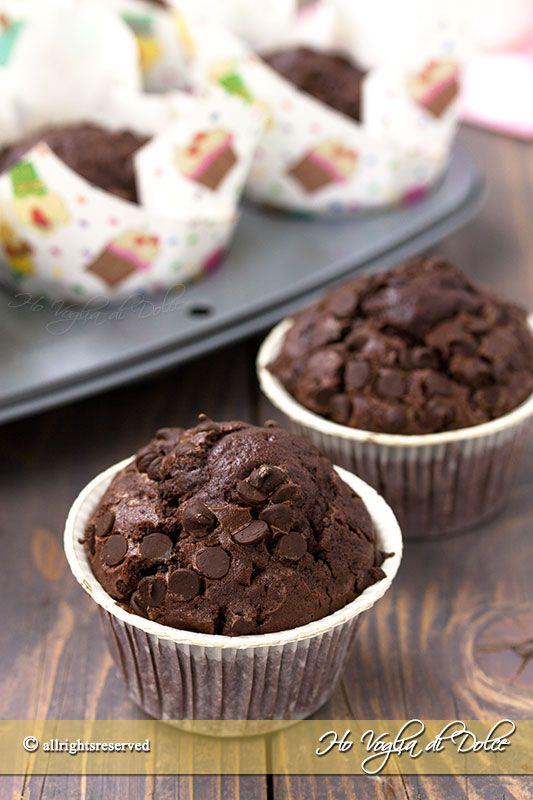 Muffin al doppio cioccolato, dolcetti americani veloci e golosi per la colazione e la merenda. Ricetta facile, con ingredienti semplici e senza sbattitore.