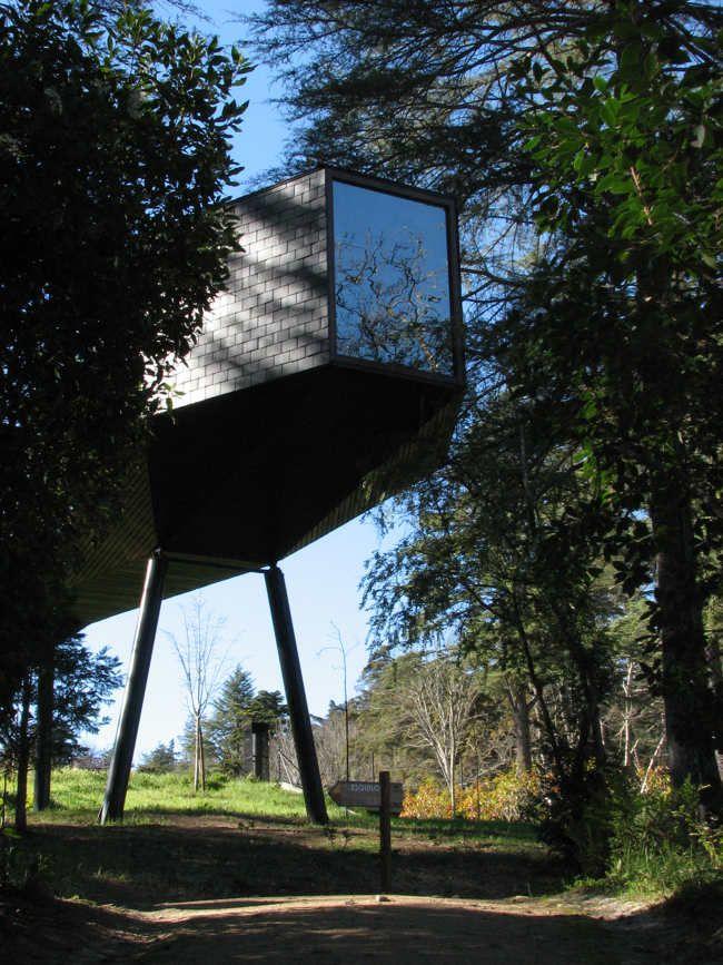 """Slangenhuis in Pedras Salgadas, Portugal. Wie overnacht in deze Tree Snake Houses, slaapt in de kop van de """"slang"""". #architectuur"""