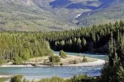 Yukón.7. Yukón. Yukón es el más occidental de los tres territorios del norte de Canadá. Se ubica al este del estado estadounidense de Alaska, al oeste de los Territorios del Noroeste, y al norte de Columbia Británica. Tiene una población de 33.897 habitantes. Su capital es Whitehorse (23.272 habitantes).