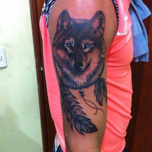 Lobo en sombras, tatuaje del día  Realizado en #GabitoTattoo el mejor estudio de tatuajes del centro de Caracas Citas Disponibles, diseños personalizados. Envía tu idea 04 14 328 3201 #tattoo #tatuajes #ink #tatuajesensombras #tatuadoresdeVenezuela #tatuadoresdecaracas #tattooblackandgray #blackandgray #wolf #lobo #plumas #atrapasueños #caracas #venezuela #cumana #like #follow #citasdisponibles #realismoensombras #realismoanimal #tatuajesdelobos #wolftattoo #AngelTattoo #vida