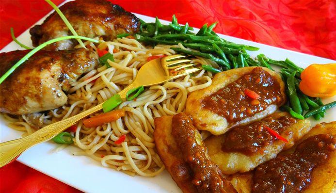 Surinaams eten – Surinaamse bami met ketjap sparerib, kousenband en baka bana