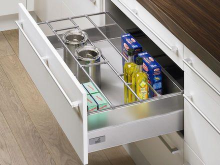 Keittiötavarat, kuten kattilan kannet, lautaset ja maustepurkit, pysyvät järjestyksessä hyvin suunnitellussa keittiössä.