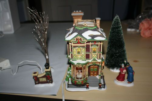 DEPT-56-DICKENS-VILLAGE-VICTORIAN-FAMILY-CHRISTMAS-HOUSE-with-BOX
