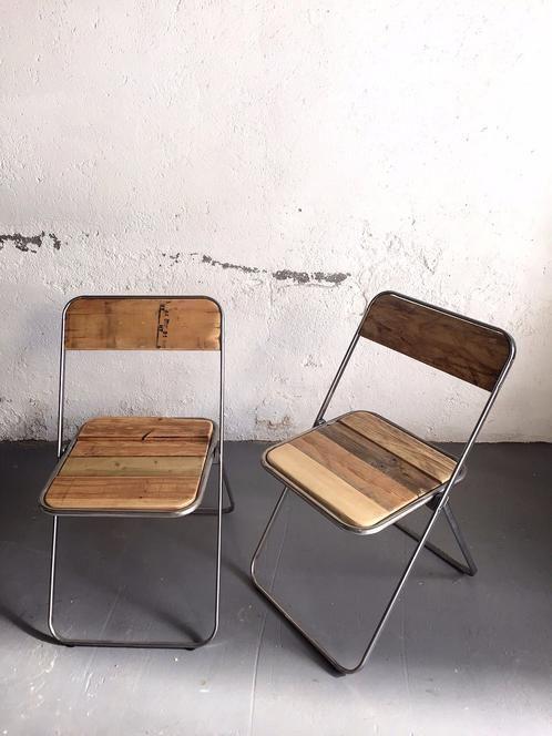 Estructura de hierro recuperada, limpiada y tratada con barniz, y formación de asiento y respaldo con madera de Palet Para más información lapetitemaisonlabart@gmail.com