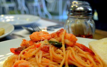 Spaghetti con i gamberi - Ricetta per preparare gli spaghetti con i gamberi, un primo piatto delizioso e facile da preparare che potete servire ai vostri ospiti se avete voglia di un primo a base di pesce.