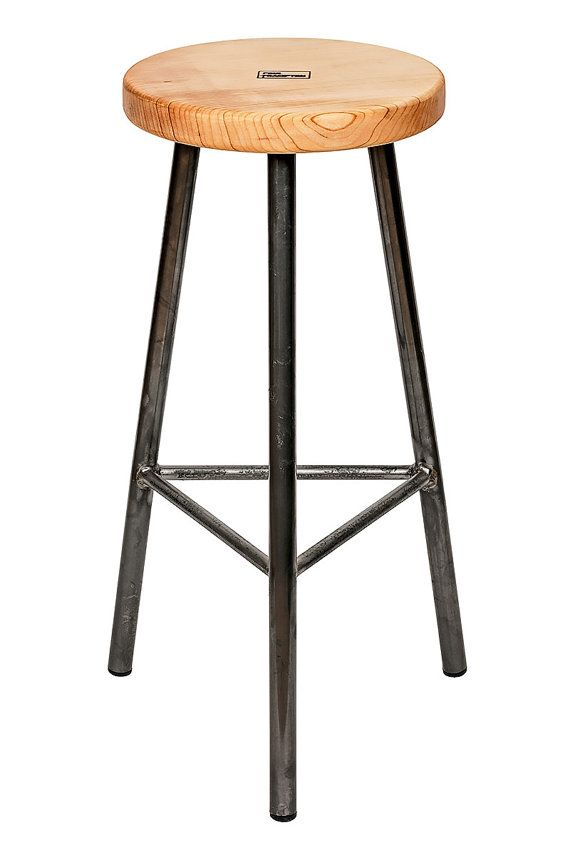 Ontmoet Trippie Sixsmith, een drie legged barkruk. Trippie de drie poten betekenen dat het hinderlijk zal niet op ongelijke vloeren wiebelen. Het eenvoudige overzichtelijke frame ontwerp is een perfecte voetstuk waarop te presenteren waardoor een enkel stuk van natuurlijk hout. Deze mooie Engelse sycamore stoel wordt behandeld gewoon met natuurlijke tung olie uit natuurlijke romige gouden kleur van het hout te brengen. Trippie van frame bestaat uit 26mm holle ronde stalen sectie. Het is…