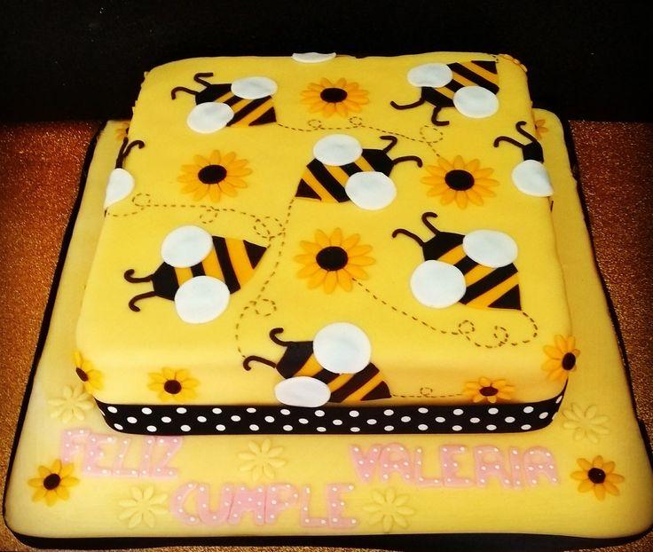 Un ponqué lleno de mucha ternura y dulzura con nuestras abejas rodeándolo para un cumpleaños muy especial lleno de vainilla con relleno de frutos rojos decorado con nuestro suave fondant!