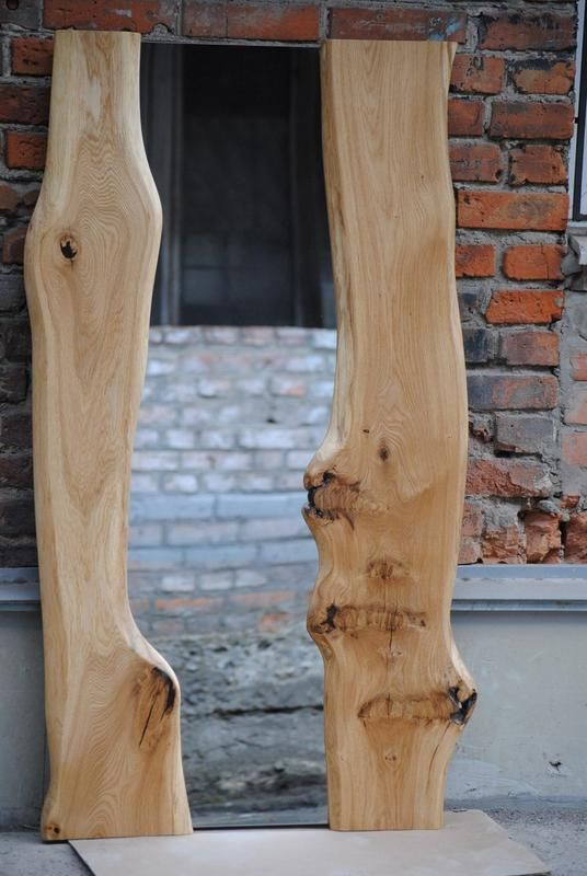 Зеркало сделано из дубового сляба. Максимально сохранена структура дерева: присутствуют естественные дефекты дерева, где-то трещины залиты жидким ...