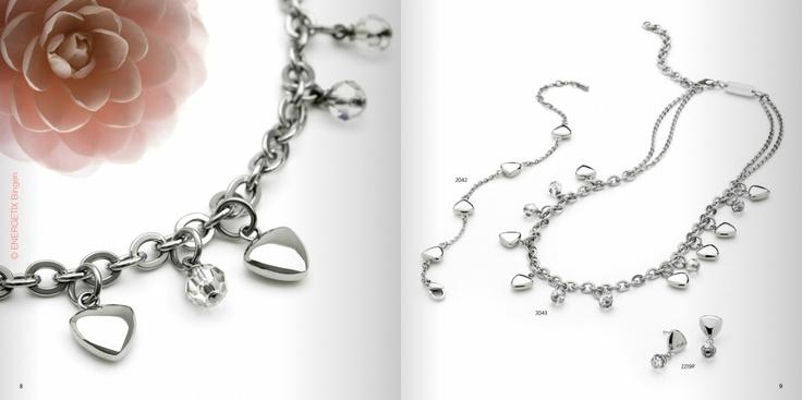 """""""Herzig  asymmetrischer Halsschmuck"""" aus zwei Ketten-Variationen, Nr. 2043. Die klassische Magnet-Heart-Form harmonisiert mit facettierten Swarovski-Kristall-Kugeln, in der Größe M – L, 500 mm. Dazu passend das Armband Nr. 2042 und die Ohrhänger Nr. 2219P. Blättern Sie virtuell: http://doriskarpowitz.energetix.tv/company/concern/blaetterkatalog/spring2013  Wenn Sie auf das Schmuckstück, das Ihnen gefällt KLICKEN, gelangen Sie direkt zum jeweiligen Artikel."""