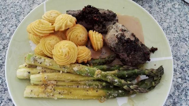 Huvilaelämää ja mökkiruokaa: Lammasta kahvikastikkeessa, parmesaaniparsa ja Duchesse-perunat
