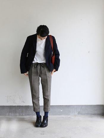 ネイビーのジャケットにネイビーの靴下なんです!めちゃくちゃおしゃれ!品のある靴下コーデはオフィスにももちろん◎