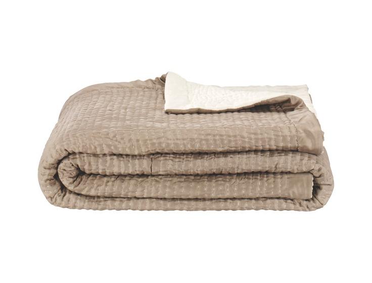 Silk Quilt sengeteppe i silke i krem-og sandfarget. Dimensjoner: 230x260cm. Finnes også i lilla-og cerisefarget. Kr. 2735,-