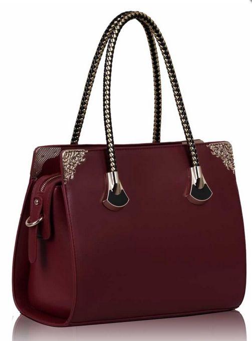 Τσάντα - ST097 Τσάντα - ST097  Συνθετική τσάντα με φερμουάρ και εσωτερικές τσέπες.  Διαστάσεις: 15χ33χ25,5εκ  Διαθεσιμότητα: 7 - 9 εργάσιμες μέρε