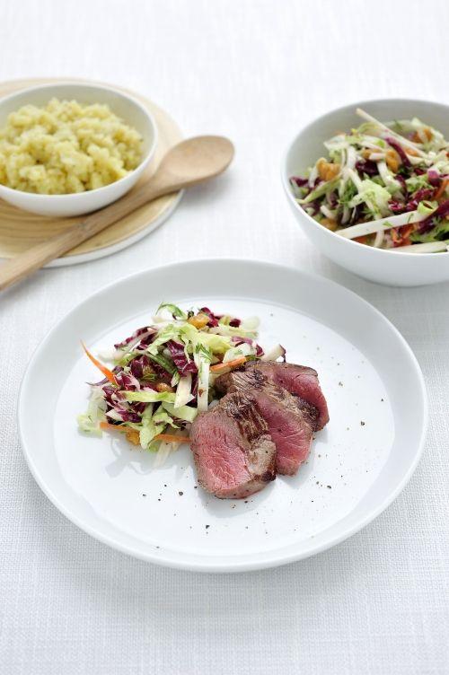 Ossenhaas met rijke koolsalade en geplette ratte aardappeltjes