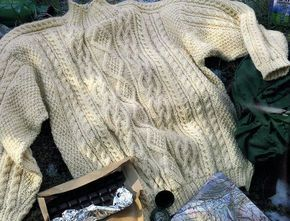 A tricoter, le pull irlandais reste un classique intemporel : Aiguilles N° 3,5 et 4,5 Le pull irlandais acier Le pull irlandais entrelacé Le pull en jacquard norvégien