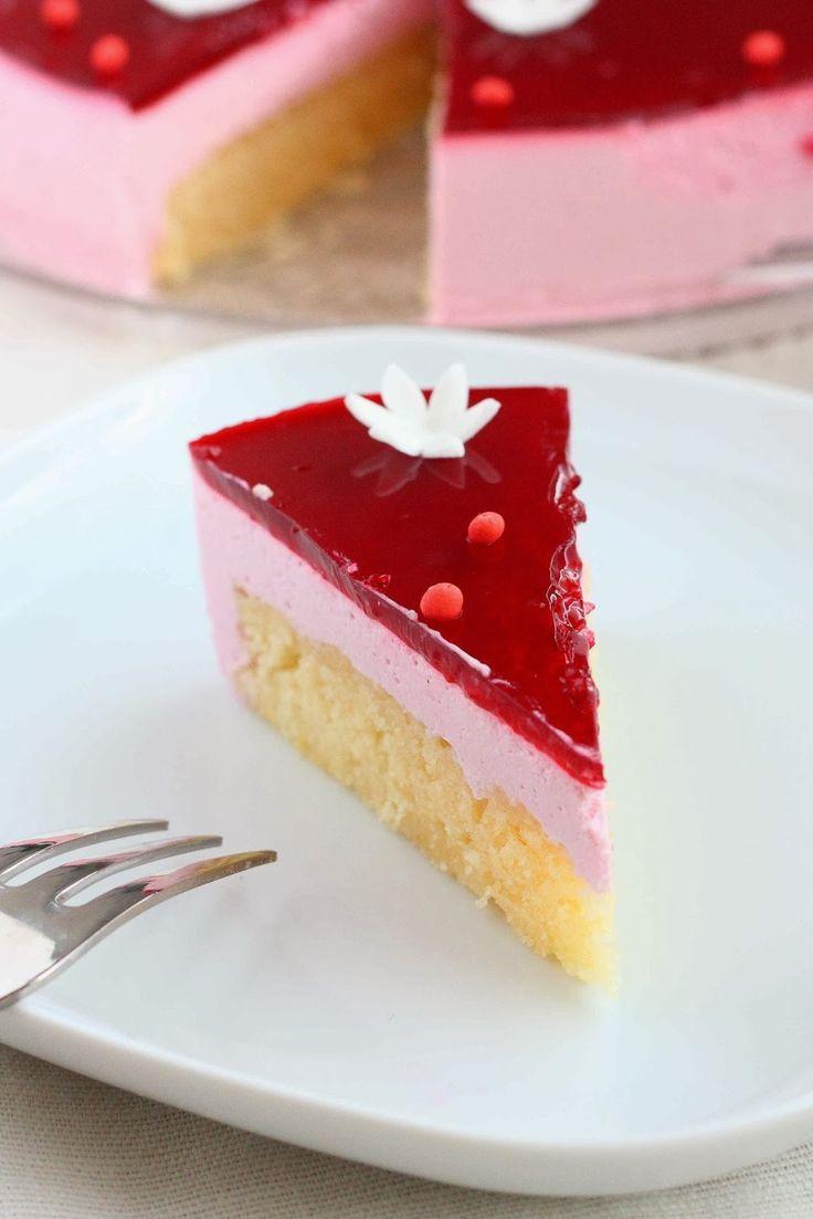 Tässä siis tulee edellisessä kirjoituksessa mainitsemani puolukka-juustokakun ohje :) Kun kerran tuli tehtyä valkosuklainen ihana kakkupohj...
