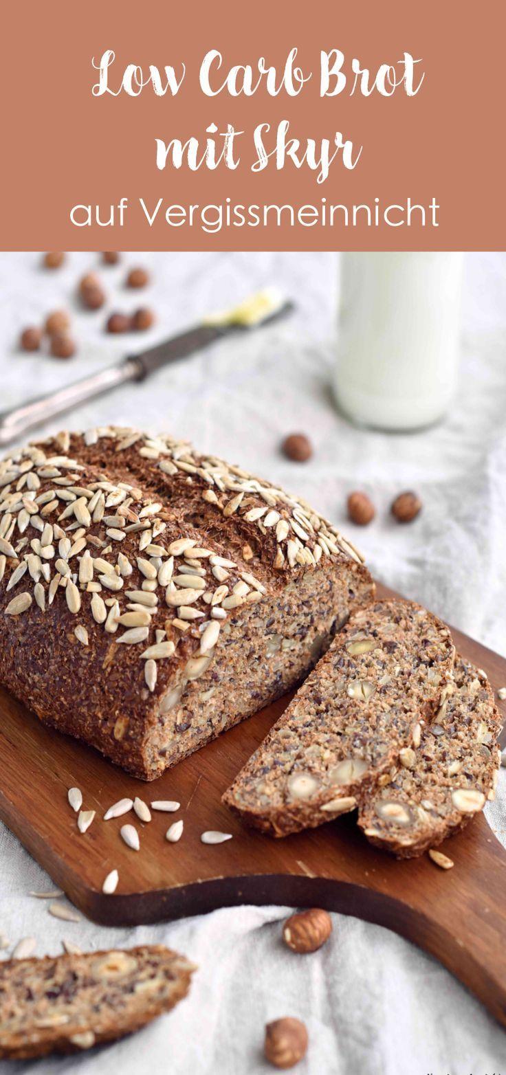 Das einfachste Low Carb Brot Rezept zum schnellen backen. Das Eiweißbrot ist mit Skyr gebacken Dinkelkleie, Flohsamenschalen, Leinsaat, Sonnenblumenkernen und Haselnüssen. Das Brot ist ohne Hefe gebacken.