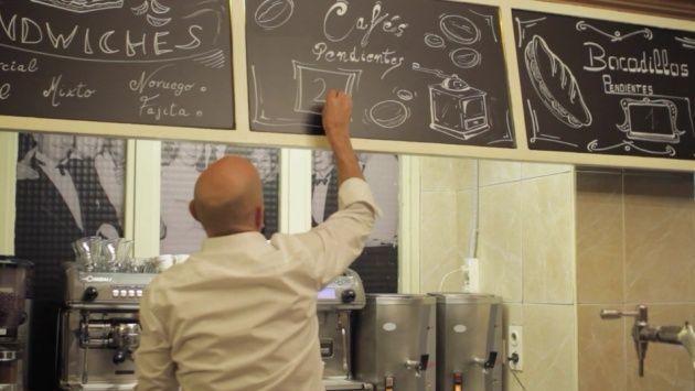 Fotograma de un corto en Vimeo sobre la tradición del 'café pendiente' del Café Comercial de Madrid