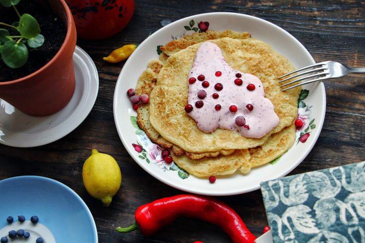 Kikärtspannkakor med Lingongrädde / Chickpea Pancakes with Lingonberry Cream - Evelinas Ekologiska http://www.evelinasekologiska.se/