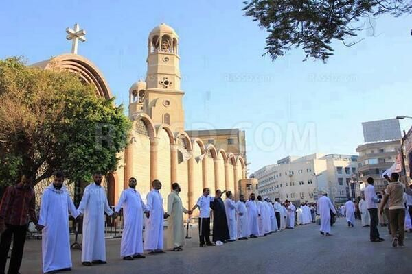 Ma sha Allah !  Muslims defending a church, during on going violence in Egypt, This is the true beauty of Islam