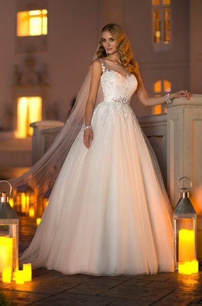 A lovely wedding dress, ready to fulfill your princess dream!   O rochie de mireasa incantatoare, gata sa iti indeplineasca visul de printesa!