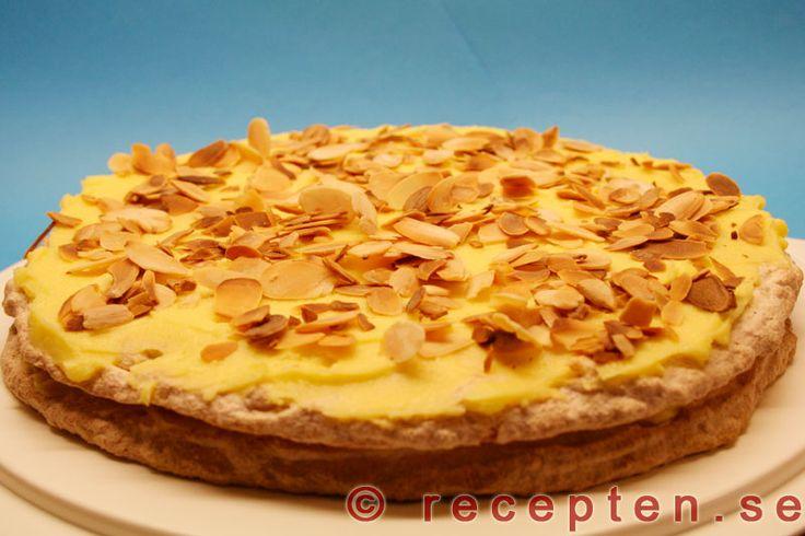 Mandeltårta med smörkräm - Recept på Mandeltårta med smörkräm - Oscar II tårta. Bilder steg för steg! Går bra att förbereda och frysa in.