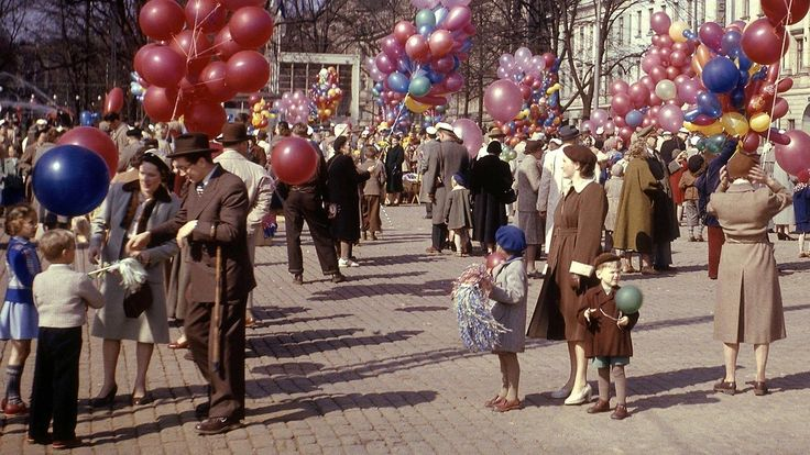 Ihmisiä viettämässä vapunpäivää Kauppatorilla 1. toukokuuta 1962. Copyright: Lehtikuva.