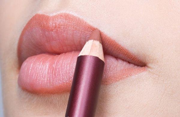 Θέλετε να κάνετε τα χείλη σας να δείχνουν γεμάτα και σαρκώδη; Χρησιμοποιώντας ένα μολύβι χειλιών σε απαλή απόχρωση, κάντε το περίγραμμα και στην συνέχεια «σβήστε» το με ένα σφουγγαράκι μακιγιάζ!