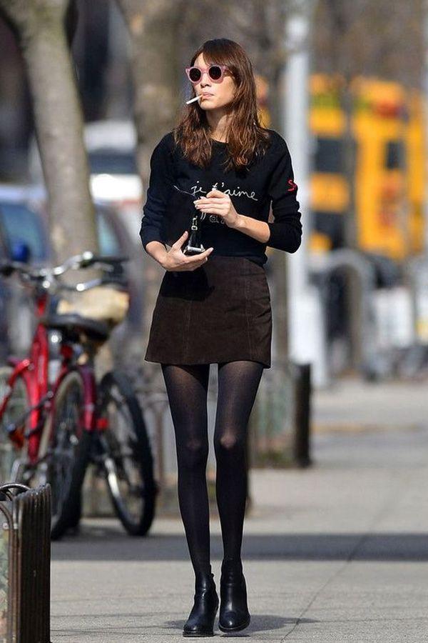 Alexa Chung é fã de meia-calça e usa com botinhas e mini saia quase sempre