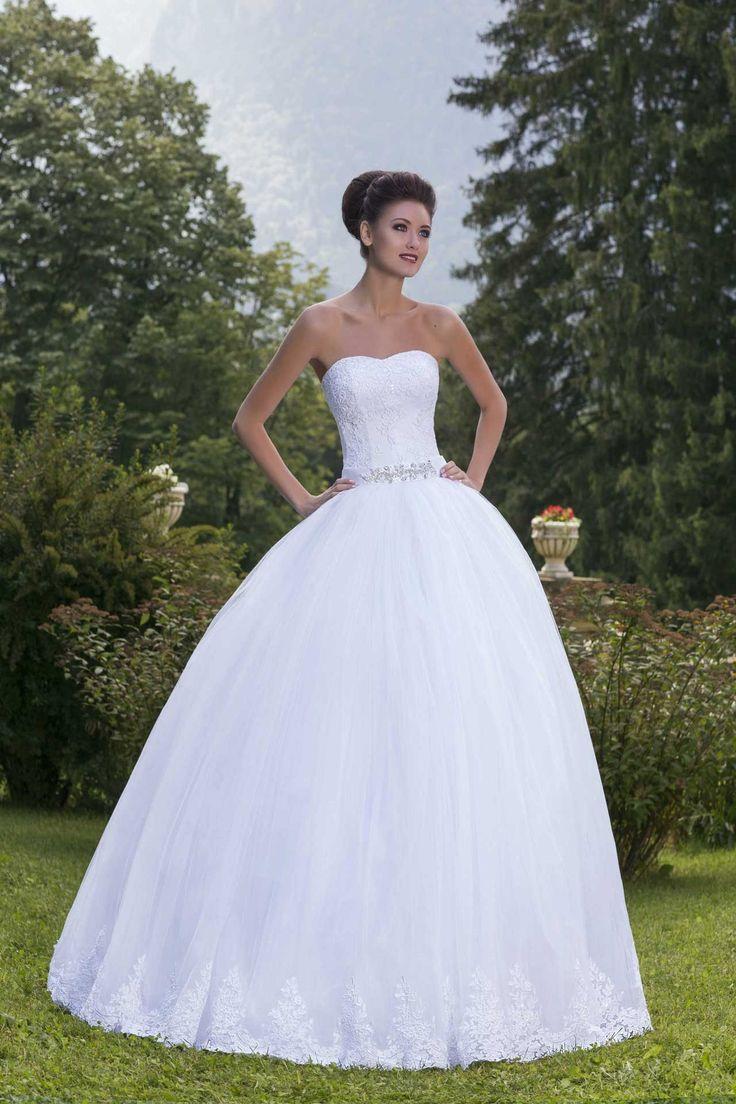 Nádherné svadobné šaty bez ramienok so širokou sukňou zdobenou čipkou