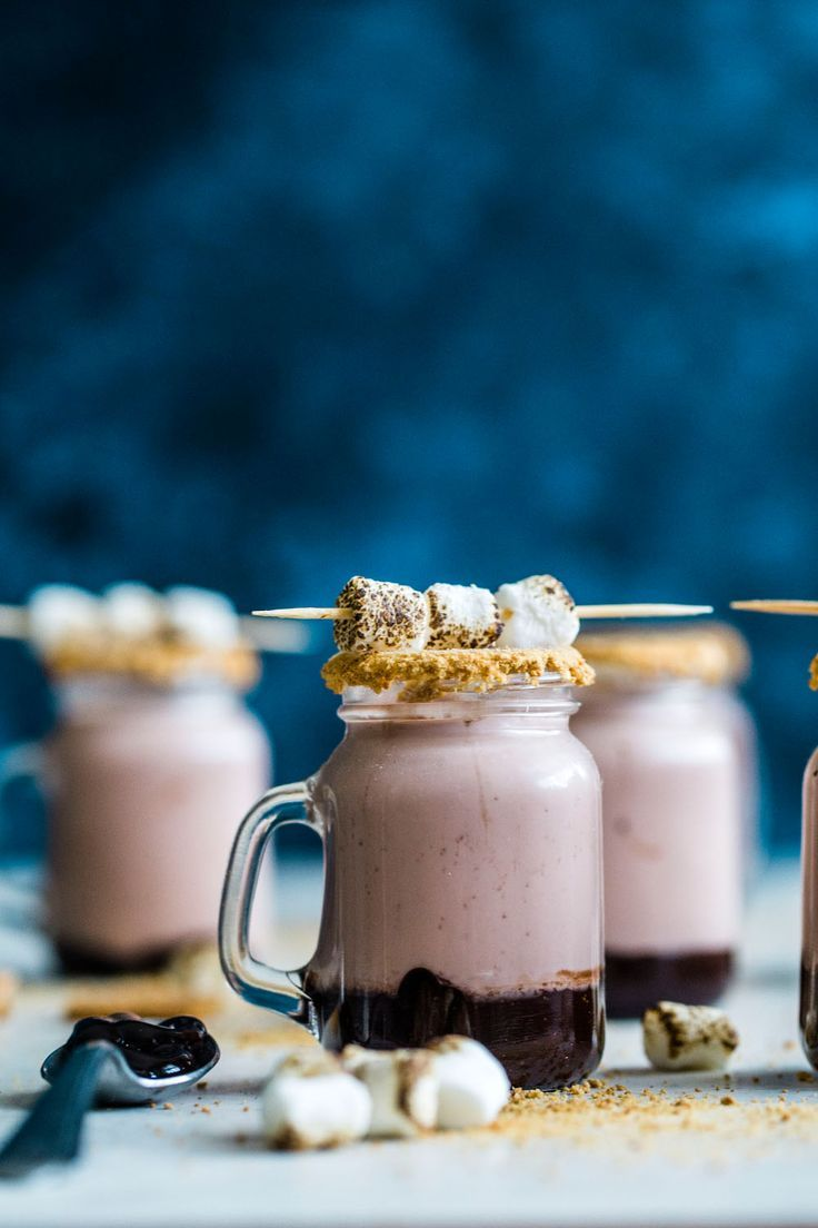 'moretini shooters I Try these delicious s'moretini shooters for your next gathering   howsweeteats.com #s'mores #drinks
