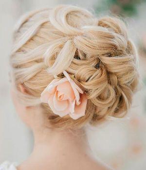 後姿がきれいなアップヘアでラブリーさアップ♡Aライン・プリンセスドレスに似合うお団子・アップの髪型を集めました!