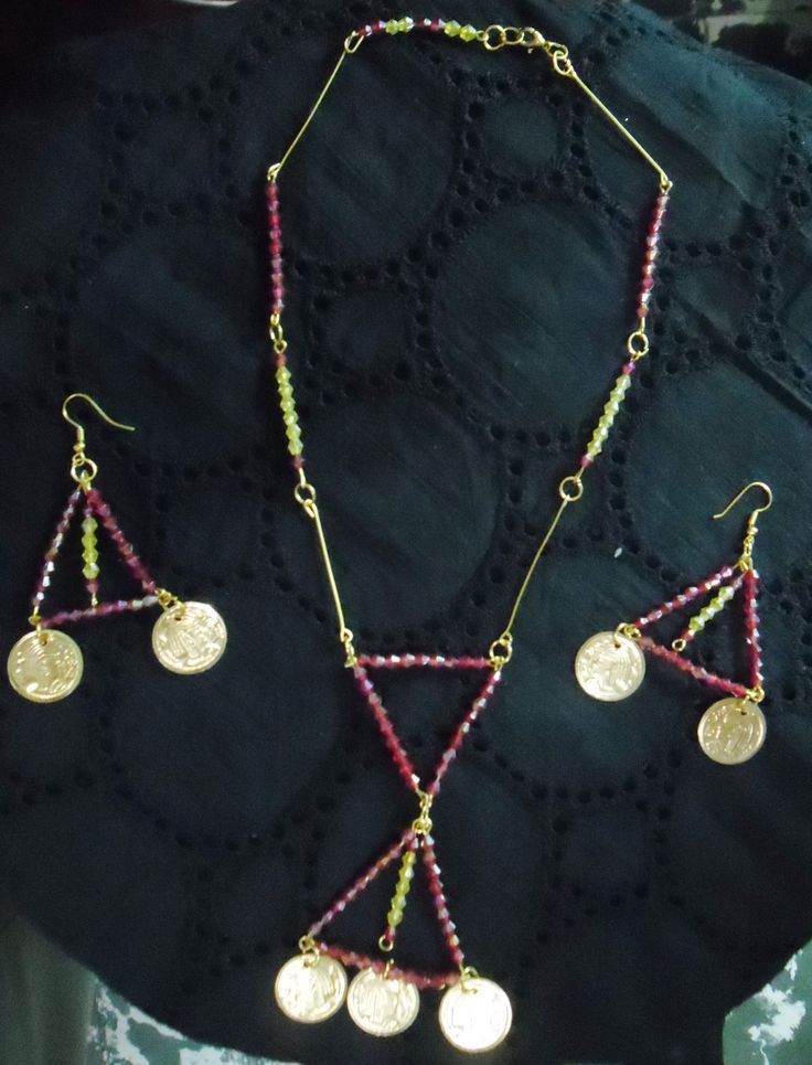 Collar largo y aretes color rojo y dorado con monedas